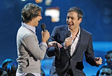 Andy Samberg (L) and Jimmy Fallon sing before presenting the video of the year award at the 2009 MTV Video Music Awards in New York, September 13, 2009.  REUTERS/Gary Hershorn