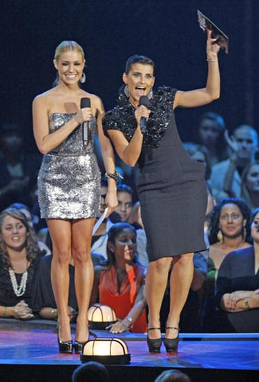 Kristin Cavallari (L) and Nelly Furtado present the award for best pop video at the 2009 MTV Video Music Awards in New York, September 13, 2009.     REUTERS/Gary Hershorn