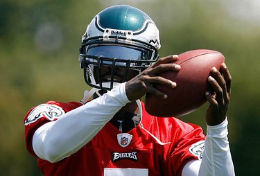 Newly signed Philadelphia Eagles player Michael Vick during a passing drill at the Eagles NFL practice facility in Philadelphia, Pennsylvania, on Aug. 15, 2009. (REUTERS)