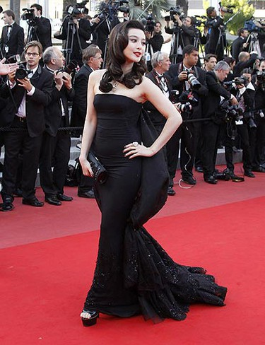 Actress Fan Bingbing arrives on the red carpet for the screening of the film Des Hommes et des Dieux (Of Gods and Men) in competition at the 63rd Cannes Film Festival May 18, 2010.    REUTERS/Jean-Paul Pelissier