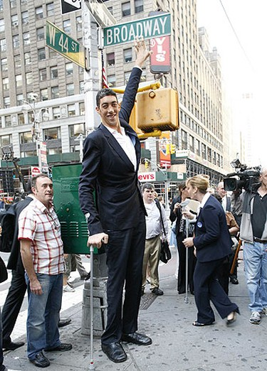 The world's tallest man, Sultan Kosen of Turkey, poses for photographers in New York's Times Square, Sept. 21, 2009.  REUTERS/Brendan McDermid