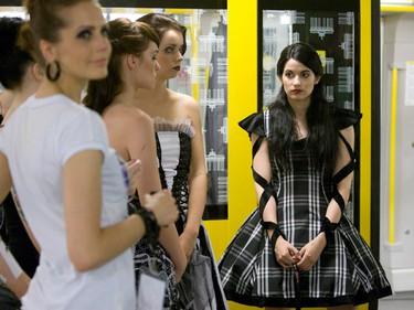 "Models wait for the start of the ""Underground Catwalk"" fashion show in an underground train in Berlin, July 2, 2009. REUTERS/Thomas Peter  (GERMANY ENTERTAINMENT)"