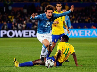 Italy's Andrea Pirlo (L) challenges Brazil's Juan during their Confederations Cup soccer match at the Loftus Versfeld stadium in Pretoria on June 21, 2009.  (REUTERS)