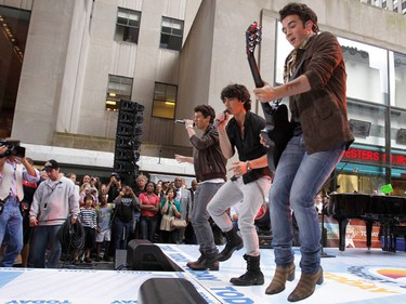 """Nick (L-R), Joe and Kevin Jonas perform on NBC's """"Today"""" show in New York June 19, 2009. (REUTERS/Brendan McDermid)"""