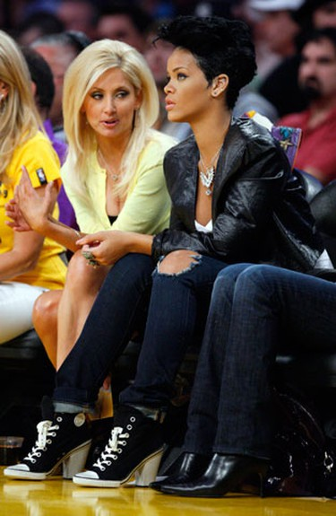 Singer Rihanna (R) watches Game 2 of the NBA Finals between the Los Angeles Lakers and the Orlando Magic in Los Angeles, June 7, 2009.  (REUTERS/Lucy Nicholson)