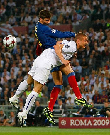 Manchester United's Nemanja Vidic (R) challenges Barcelona's Gerard Pique during their Champions League final soccer match at the Olympic Stadium in Rome on May 27, 2009. (REUTERS)