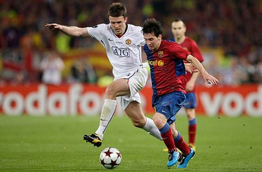 Manchester United's Michael Carrick (L) challenges Barcelona's Lionel Messi during their Champions League final soccer match at the Olympic Stadium in Rome on May 27, 2009. (REUTERS)