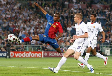 Barcelona's Samuel Eto'o (L) jumps for the ball as Manchester United's Nemanja  Vidic (C) and Patrice Evra (R) look on during their Champions League final soccer match at the Olympic Stadium in Rome on May 27, 2009.  (REUTERS)