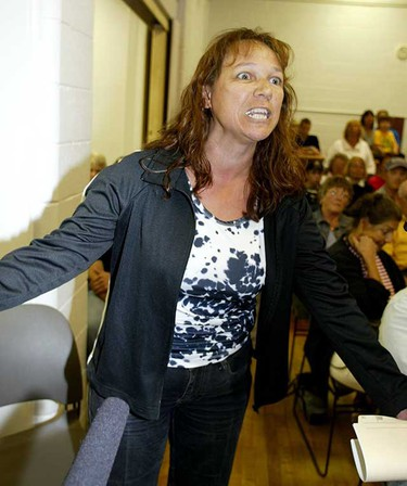 Angry Wabamun resident Debbie Michalchuk, who lives at the site of the spill, demands answers at a town hall meeting, Aug. 9, 2005. (Sun file)