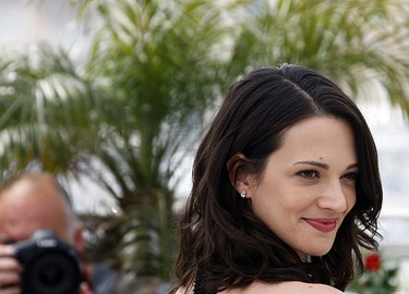 Jury member and Italian actress Asia Argento poses during a photocall at the 62nd Cannes Film Festival May 13, 2009.  REUTERS/Jean-Paul Pelissier