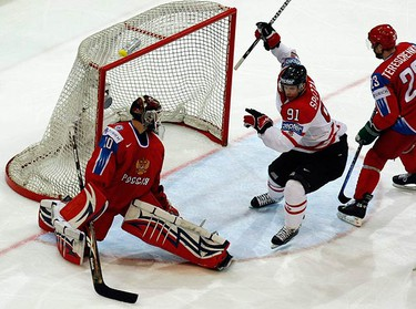 Canada's Jason Spezza (C) celebrates his goal on Russia's goalie Ilya Bryzgalov (L) during the first period of their IIHF World Hockey Championship gold medal game in Bern on May 10, 2009. (REUTERS)