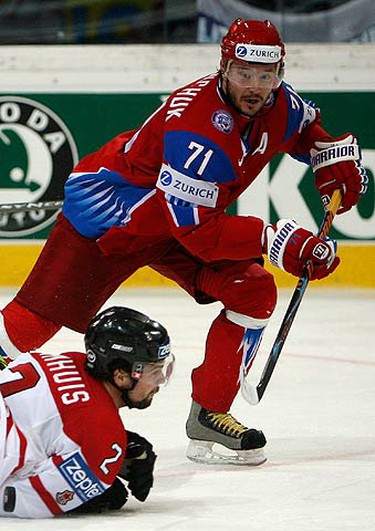 Canada's Dan Hamhuis (L) falls on the ice challenged by Russia's Ilya Kovalchuk during their IIHF World Hockey Championship gold medal game in Bern on May 10, 2009.  (REUTERS)