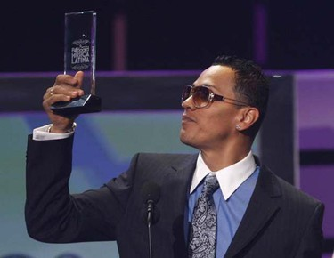 Panamanian singer Flex receives his award for pop song of the year at the 2009 Billboard Latin Music Awards in Miami on April 23, 2009. (REUTERS)