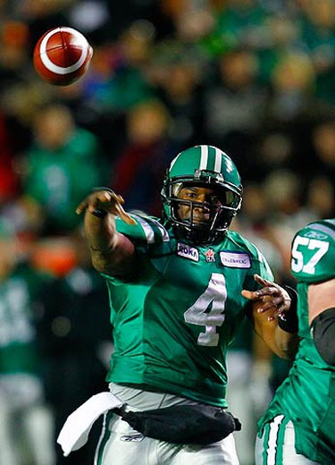Saskatchewan Roughriders quarterback Darian Durant throws a touchdown pass to slotback Andy Fantuz (not seen) against the Montreal Alouettes during the first half of the 97th CFL Grey Cup football game in Calgary, Alberta, on Nov. 29, 2009. (REUTERS)