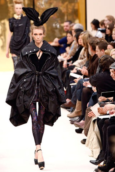 A model presents a creation by U.S. designer Marc Jacobs for French fashion house Louis Vuitton for their Fall/Winter 2009/10 women's ready-to-wear fashion collection during Paris Fashion Week on March 12, 2009.  (REUTERS)