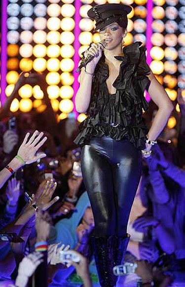 Rihanna performs during the MuchMusic Video Awards on June 15, 2008. (DAVE ABEL/Sun Media)