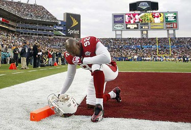 Arizona Cardinals' Bertrand Berry kneels down on the field before his team plays the Pittsburgh Steelers in the NFL's Super Bowl XLIII in Tampa, Florida, Feb. 1, 2009.     REUTERS/Scott Audette