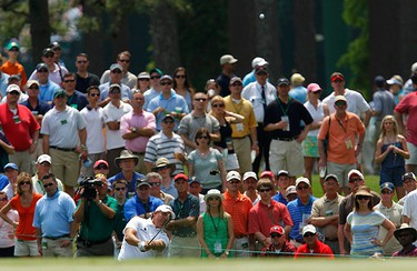 Phil Mickelson of the U.S. chips to the third green during third round play in 2011 Masters golf tournament at the Augusta National Golf Club in Augusta, Georgia, on April 9, 2011. (REUTERS)
