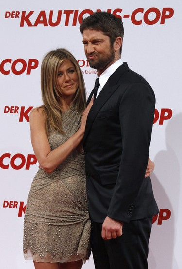 """Actors Jennifer Aniston and Gerard Butler pose on the red carpet to promote the movie """"Der Kautions-Cop"""" (The Bounty Hunter) in Berlin, March 29, 2010. The film directed by Andy Tennant opens in German cinemas on April 1. (REUTERS/Tobias Schwarz)"""