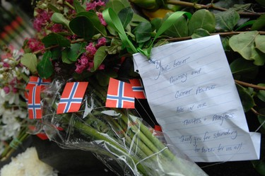 A note with condolences sits attached to flowers laid by well-wishers at a statue of Crown Princess Martha, the late mother of King Harald V of Norway, at the Embassy of Norway in Washington, July 24, 2011.   (REUTERS/Jonathan Ernst)