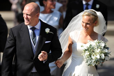 Britain's Zara Phillips, the eldest granddaughter of Queen Elizabeth, and her husband England rugby captain Mike Tindall, leave the church after their marriage at Canongate Kirk in Edinburgh, Scotland, July 30, 2011. REUTERS/Dylan Martinez