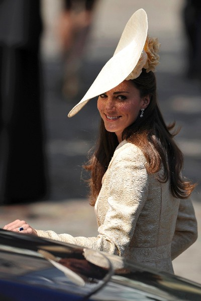 Britain's Catherine, Duchess of Cambridge arrives for the wedding between Zara Phillips, the eldest granddaughter of Queen Elizabeth, and England rugby captain Mike Tindall, at Canongate Kirk in Edinburgh, Scotland July 30, 2011.         REUTERS/Dylan Martinez