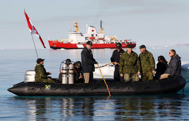Canada's Prime Minister Stephen Harper (standing L) takes part in Operation Nanook in Allen Bay in Resolute, Nunavut August 25, 2010. Operation Nanook is an annual joint exercise between the Canadian Maritime Command and Coast Guard in the Arctic.  (REUTERS/Chris Wattie)
