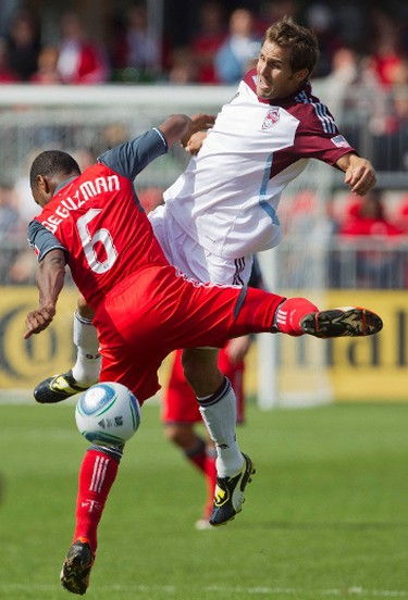 Colorado Rapids Brian Mullen battles for the ball with Toronto FC's Julian de Guzman (L) during the second half of their MLS soccer match in Toronto, on Sept. 17, 2011.  (REUTERS)