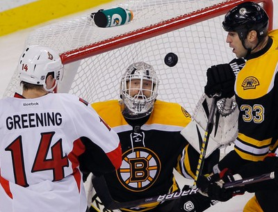 Ottawa Senators left wing Colin Greening (L), Boston Bruins goaltender Tim Thomas (C) and Bruins defenseman Zdeno Chara watch the puck in the third period of their NHL hockey game in Boston, Massachusetts November 1, 2011.   REUTERS/Brian Snyder    (UNITED STATES - Tags: SPORT ICE HOCKEY)