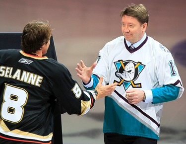 Finland's Teemu Selanne is congratulated by Hockey Hall of Famer Jari Kurri, as he is honored by the Anaheim Ducks for becoming the 18th player in National Hockey League history to score 600 goals, at a pre-game ceremony before their NHL game against the Dallas Stars in Anaheim, California March 29, 2010.  (REUTERS)