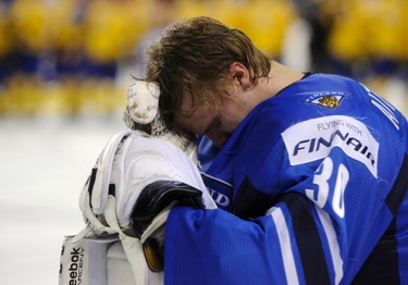 Finland's goalie Sami Aittokallio hangs his head after Finland was defeated by Sweden in the semi-final of the 2012 IIHF U20 World Junior Hockey Championships in Calgary, Jan. 3, 2012. (REUTERS/Todd Korol)