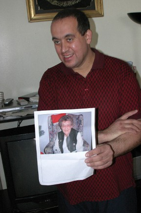 Mohammad Hamadeh with a pic of murdered Marion Lyons on January 12, 2009. (Joe Warmington/QMI Agency)