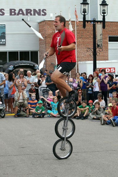 Street Performer Bob At Large performs at the Fringe in  Edmonton, Alberta  on August, 23  2012.       PERRY MAH/EDMONTON        QMI AGENCY