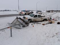 Officers on the scene crash on Highway 2,just north of Airdrie, Alberta, Nov. 27, 2014. (http://www.rcmp-grc.gc.ca/sm-ms/)