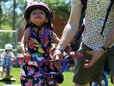 Hazel Pancoe, 4, gets help from dad on the obstacle course at Mulvey School during the Fam Jam Wheel Jam in Winnipeg on Sun., June 10, 2018. Kevin King/Winnipeg Sun/Postmedia Network