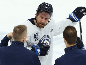 Winnipeg Jets captain Blake Wheeler speaks with head coach Paul Maurice (left) and assistant Jamie Kompon during practice at Bell MTS Place on Mon., April 19, 2021. KEVIN KING/Winnipeg Sun/Postmedia Network